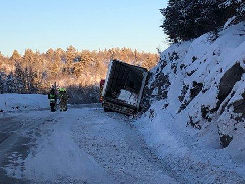 UTFORKJØRING: Lastebilen har pløyd seg ned i grøfta.