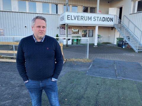 TØFFE TIDER: Daglig leder i Elverum Fotball, Ole Anders Arntsen, er klar på at 2020 har vært et særdeles krevende år. Nå håper han å få noen datoer og avklaringer for året og sesongen som ligger foran ham og resten av klubben.