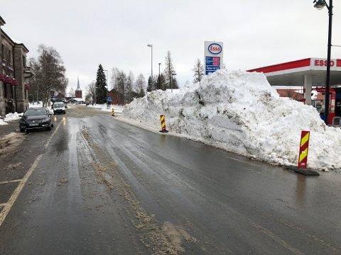 SNØSKAVL: Om ikke man kan kalle dette en snøskavl, er det i alle fall et tydelig tegn på at det kom mye snø torsdag. Slik så det ut i Storgata utenfor Esso.