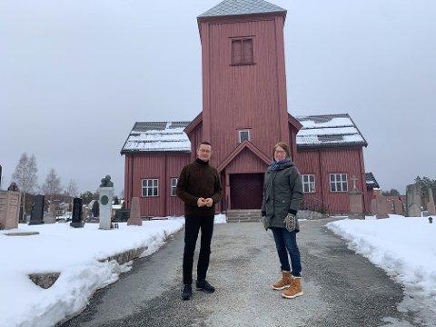 REHABILITERING: Kirkeverge Ingvar Midthun og leder i menighetsrådet Heidi Grønvold Bøe foran kirka.
