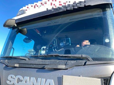 SIKT: Slike gjenstander hindrer sikten til sjåførene.