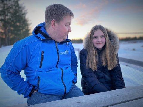 FIN DUO: Pappa Jørn og stedatteren Marie Bryhn (14) kjører begge bilcross. Eldstemann er tre gange norgesmester og et meget kjent navn i miljøet, mens Marie er i ferd med å finne sin egen vei bak rattet. – Jeg er kanskje kald når jeg sjøl kjører, men jeg blir både nervøs, emosjonell og ganske stresset når Marie er i aksjon, smiler Jørn.
