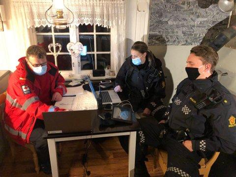 LEDER SØKET: Søket koordineres fra en hytte i Åslia. Aksjonsleder Kjell Inge Stavik i Røde Kors sier værforholdene gjør søket krevende. Politiet er representert ved innsatsleder Ragnhild Stai og politibetjent Robin Phillips