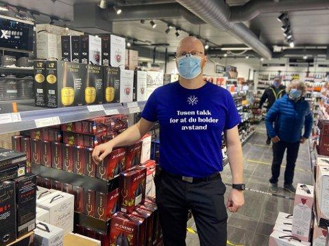 TYDELIG BUDSKAP: Budskapet på de nye t-skjortene til Hans Olav Kjeljebakken på vinmonopolet er ikke til å ta feil av.