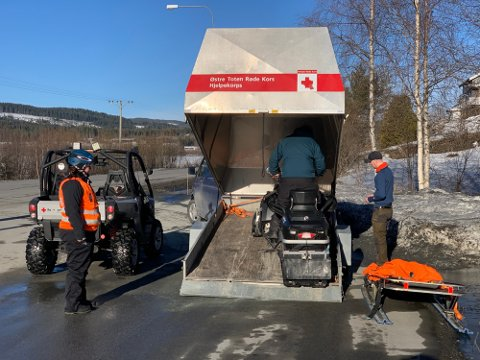 SNØSKUTERE: Både natt til tirsdag og tirsdag formiddag tar Røde Kors i bruk snøscootere for å lete etter den savnede 39-åringen. (Foto: Brynjar Eidstuen)