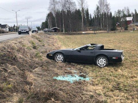 STORE MATERIELLE SKADER: Bilen som kjørte av vegen ble påført store materielle skader.