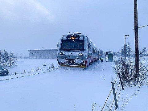 SPORET AV: Dette togsettet sporet av på Røros lørdag ettermiddag. Som følge av dette ble Rørosbanen stengt. Søndag morgen ble den åpnet igjen for normal trafikk. Foto: Renee M. Svendsen