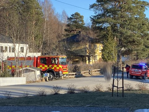 SLUKKER BÅL: Brannvesenet var på plass på en adresse i Brumunddal i 16.20-tiden søndag for å slukke et ulovlig bål.