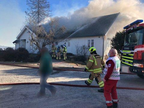 BRANN: Søndag begynte det å brenne i et uthus og et bolighus i Sør-Odal. Foto: Per Håkon Pettersen