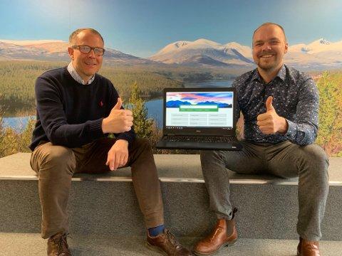 STOLT: Rådmann Leif Harald Walle (til venstre) og stabssjef Geir Rekve i Stor-Elvdal med kommunens nye hjemmeside.