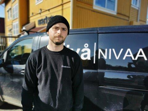 ANNERLEDES: Selskapet til Martin Bråten fra Elverum driver med oppføringer av bygninger, men hjelper nå Jon Almaas og Erik Follestad med oppussing av et småbruk.
