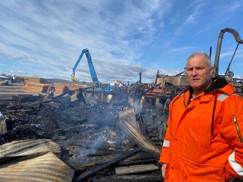 – Vi må finne noen løsninger for tilførsel av strøm og luft til de to produksjonslinjene som ble stående etter brannen, sier produksjonssjef Rolf Mella i Scanpole AS avdeling på Kirkenær.