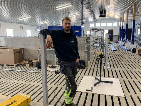 SNART FERDIG: Ola Grafsrønningen i velferdsavdelingen i det nye fjøset som skal tas i bruk etter 17. mai.
