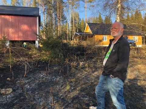 SOV: Svein Sjølli lå og sov da han fikk en telefon om at det brant utenfor huset sitt. – Jeg tør ikke tenke på hva som hadde skjedd hvis telefonen ikke hadde vekket meg, sier han.