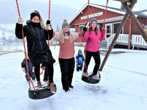 BABY-BOOM: – Vi får alle barn i år og gjør vårt for å sikre jobbene vår i Engerdal barnehage, sier Katrine Skogheim (tv), Sandra Persson og Amalie Stengrundet Kjelstad.