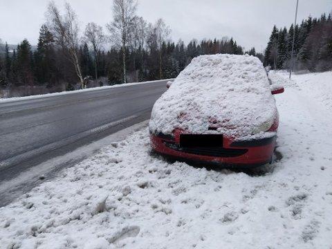 HENSATT: Denne bilen ble hensatt i desember 2020, og bilen står der fortsatt, da det er uenighet mellom politiet og Statens vegvesen