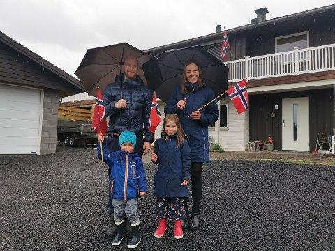 HJEMMEFEIRING: For familien Granås/Strætkvern er det andre året på rad med barnetog i gata, og hjemmefeiring.  Her med Gaute (t.v) og Thea.