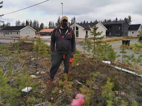 LIGGET LENGE: Steffen Skui sier det ikke hadde tatt mange minuttene og ryddet opp søppelet fra byggeplassen ved Smedstadtoppen. Nå har det ligget der i over en måned.