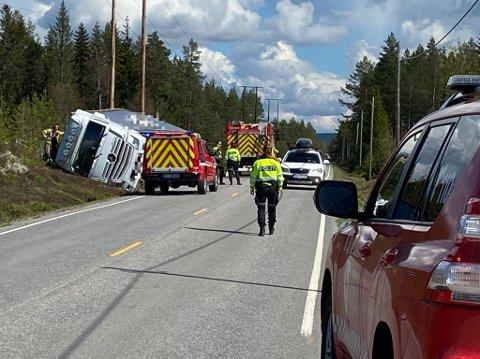 UTFORKJØRING: Lastebilen ble liggende på siden etter ulykken.