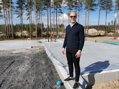 NYTT KAPITTEL: Morten Ring Christiansen går fra treningssentre til å selge hytter. Her på tomten sin på Smedstadtoppen, der han og samboeren bygger nytt hus.