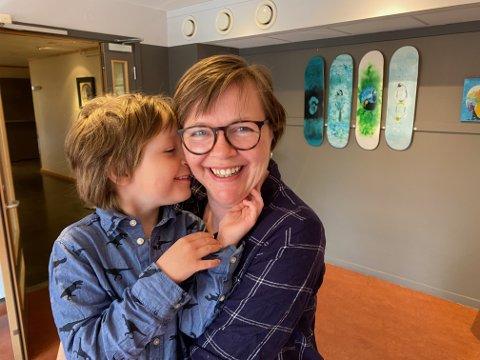 FORANDRET LIVET: - Jeg trodde aldri at jeg skulle bli mor. Men så kom Herman helt uventet, sier Line Marie Silkebækken (45), her med sønnen Herman på fem år. Line har brukt koronaen til å starte på ny utdanning og saktidig debutere med 18 malerier på Galleri Alida på Rena.