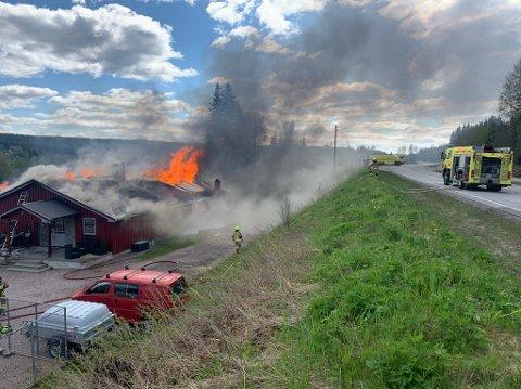 OVERTENT: Brannvesenet omtaler huset som overtent etter brannen som startet torsdag formiddag.