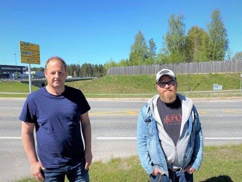 LADEGRÜNDERE: Espen Schioldborg (til venstre) og Roger Haugen foran ladetomta.