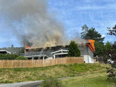 TAKKER NABOENE: Huseieren takker naboene for at de handlet raskt da det oppsto brann i en bolig i Nerholtvegen i Brumunddal søndag ettermiddag.