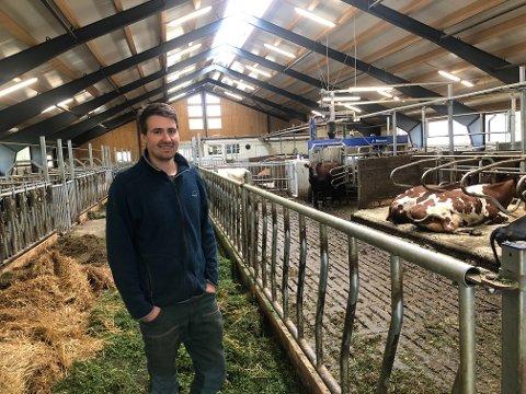 MER FLEKSIBELT: For to år siden flyttet dyrene inn i det nye fjøset på gården. Johann Kirkbakk merker at arbeidsdagene har blitt mer fleksible, men han bruker minst like mye tid i fjøset som tidligere.