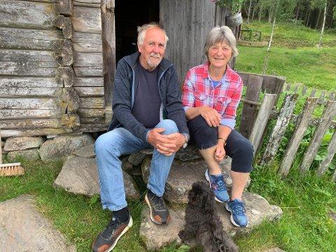 SISTE SOMMEREN: Bjørn og Randi Sandberg på trappa til kafeen i det som blir deres siste sommer som vertsskap på Revelberget seter.