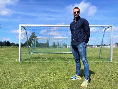 TILBAKE PÅ GRESSET: Ulrik Balstad har vært en markant skikkelse som spiller i Elverum Fotball. Nå blir han trener for juniorlaget sammen med Hans Olav Kjeljebakken. - Jeg er oppvokst i den tradisjonelle 4-3-3-fotballen, og tar nok med meg noe av det som trener. Men det er Stian Aasen som er øverste sjef, så jeg regner med at vi kommer til å diskutere sport mye. Jeg gleder meg virkelig til å jobbe med ham og de andre gutta på gresset, sier Balstad.
