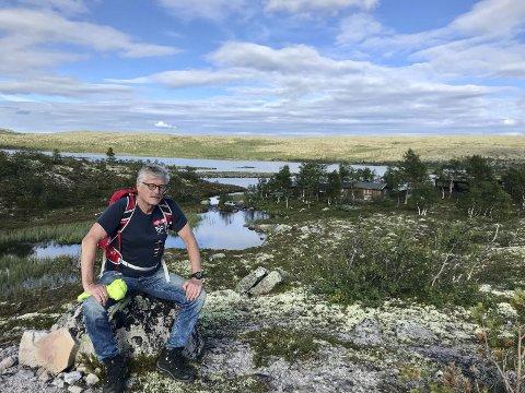 PÅ GAMLE TRAKTER: Forfatter og Latin-Amerika-ekspert Vegard Bye (her ved Søndre Ørsjøen ved Sølen, der slekta har drevet fiske gjennom generasjoner), har jaktet på sin grandonkel Ole i lang tid. Nå er boka om Ole klar. BEGGE FOTO: Privat