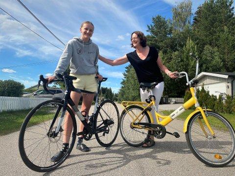 SOM MOR, SÅ DATTER: Mamma Solrun Flatås (t.h.) må pent se at datteren Emma Risnes drar fra på sykkelen. Men 17-åringen er klar på at det er en kjempefordel å ha en mamma som er sprek nok til  å bli med på langturer, og som kan gi nyttige råd og tips om alt fra å kjøre i felt til hvordan man skal trene og tenke som en toppsyklist.