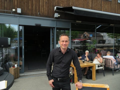 KJØRER PÅ MED DJ: Niklas Mikael Lindström på Favn i Elverum merker at folket kommer med været. lørdag har de hatt egen DJ på restauranten.