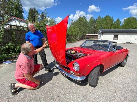 FORNØYD: Olaf Ilsaas fra Rena betrakter det nye panseret som biloppretter Tor Østmoe fra Sørskogbygda har brukt masse timer på å sette sammen. - Dette er et eventyr. Tor er en kunstner, sier Ilsaas.