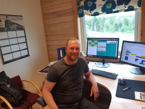 I KONTORSTOLEN: Drømmen til Per Ove røk gradvis da skuldren ble ødelagt. I dag trives han veldig godt i den nye jobben som rådgiver på Vingelen Rådhus.