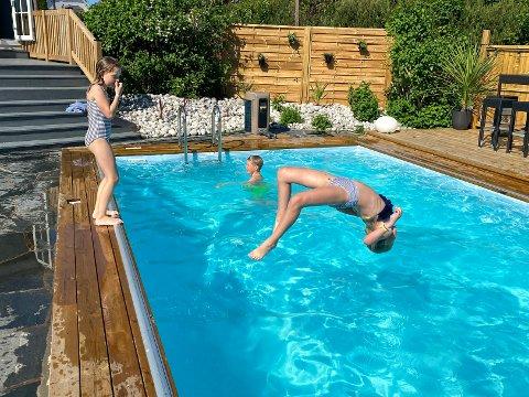 BACKFLIP: Meja øver seg på backflip. Venninnen Olivia følger med. Foto: Kjersti Busterud / NTB
