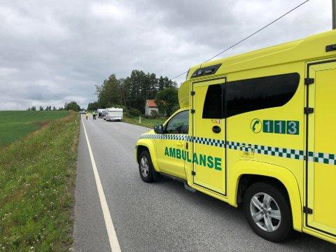 ULYKKE: Politiet meldte mandag formiddag om en ulykke på fylkesveg 210 på Grue vestside. Det var flere biler med campingvogner som kjørte i følge med hverandre. Kun en av dem var innblandet i ulykken.