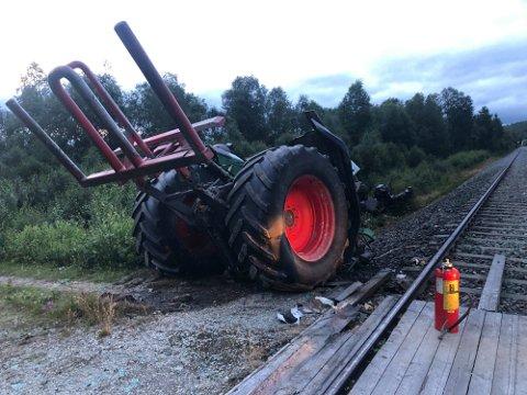 Tog mot traktor på Rørosbanen søndag 18. juli. Traktoren ble kløyvd i to og toget var ikke kjørbart etter ulykken. (Foto: Jan Kristoffersen)