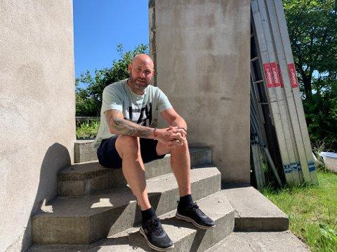 PÅ VENT: Morten Andersen trodde han kunne flytte rett inn i ny bolig. Nå bor han i en kjeller og venter på et helt annet hus.
