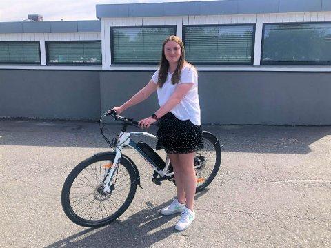 USTØDIG FORHJUL: Noen løsnet skruene på forhjulet til sykkelen til Betina (14) mens hun var på trening.