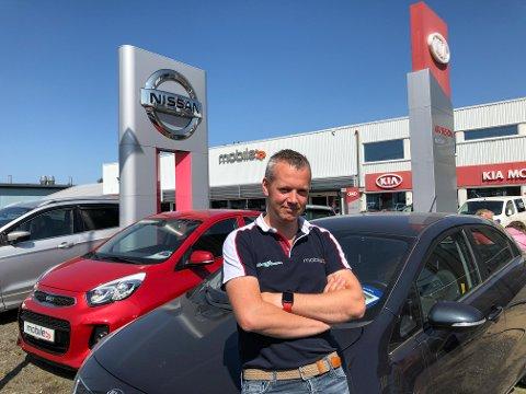 FOR FIRKANTET: Mobile-sjef Christoffer Homb kan ikke begripe at de to reklamemastene er for høye, og at kommunen sier nei til en ny mast med Opel-logo.