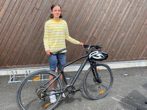 GOD HJELP: Linus (15) fikk god hjelp fra politiet da sykkelen hans ble stjålet kvelden før familien skulle på ferie.