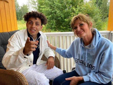JUBLER: Mustafa Hasan fikk gladnyheten om at saken hans må vurderes på nytt på besøk i Sørskogbygda. - Jeg fryktet det verste, og måtte til Sørskogbygda for å få ro og hente krefter, sier 18-åringen. Her sammen med Liv Nina Mosveen, som har flyttet fra Asker for godt. Hennes to sønner er nære venner av Hasan.