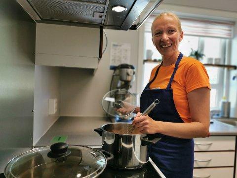 GLEDER SEG: Kristin Jakobsen fra Romedal skal bidra til å øke matglede og kunnskap om mat i Svartholtet barnehage.