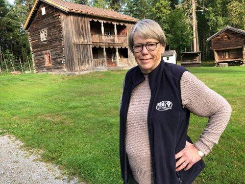 NYE TAK: Sigrid Holmen i Gruetunets Venner er glad for arven som Gruetunet har fått. Pengene brukes til å legge nye tak på de gamle bygningene.