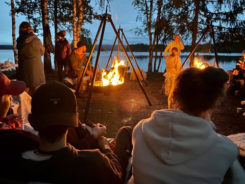 STEMNINGSFULLT: Ekte campstemning rundt bålet på Finnskogen.