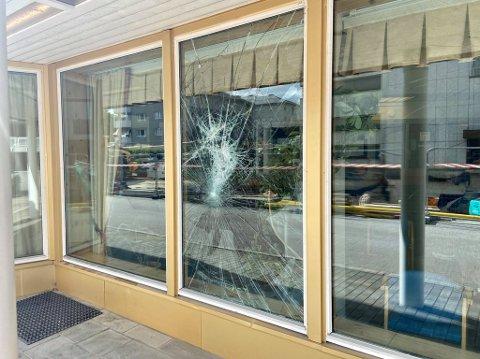 KASTET STEIN: Slik så vinduet på politihuset i Elverum ut etter at en mann kastet stein på ruta.