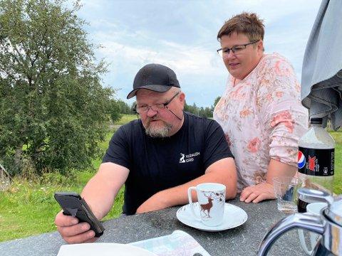 ELENDIG DEKNING: - Mobildekningen er dårlig og ustabil. Og nå har vi fått beskjed om at fasttelefonen skal legges ned før 1. september. Det gjør ekstra usikre, sier  Martin Waldal (55) og Lena Kristiansen (49) ved Valdalen gård i Engerdal.