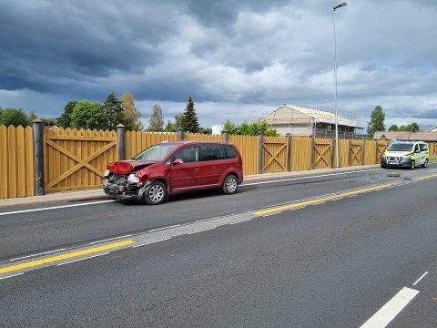 ULYKKE: En av de involverte bilene har tydelige skader i fronten.